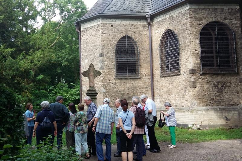 Die Kapelle steht auf dem alten Friedhof.